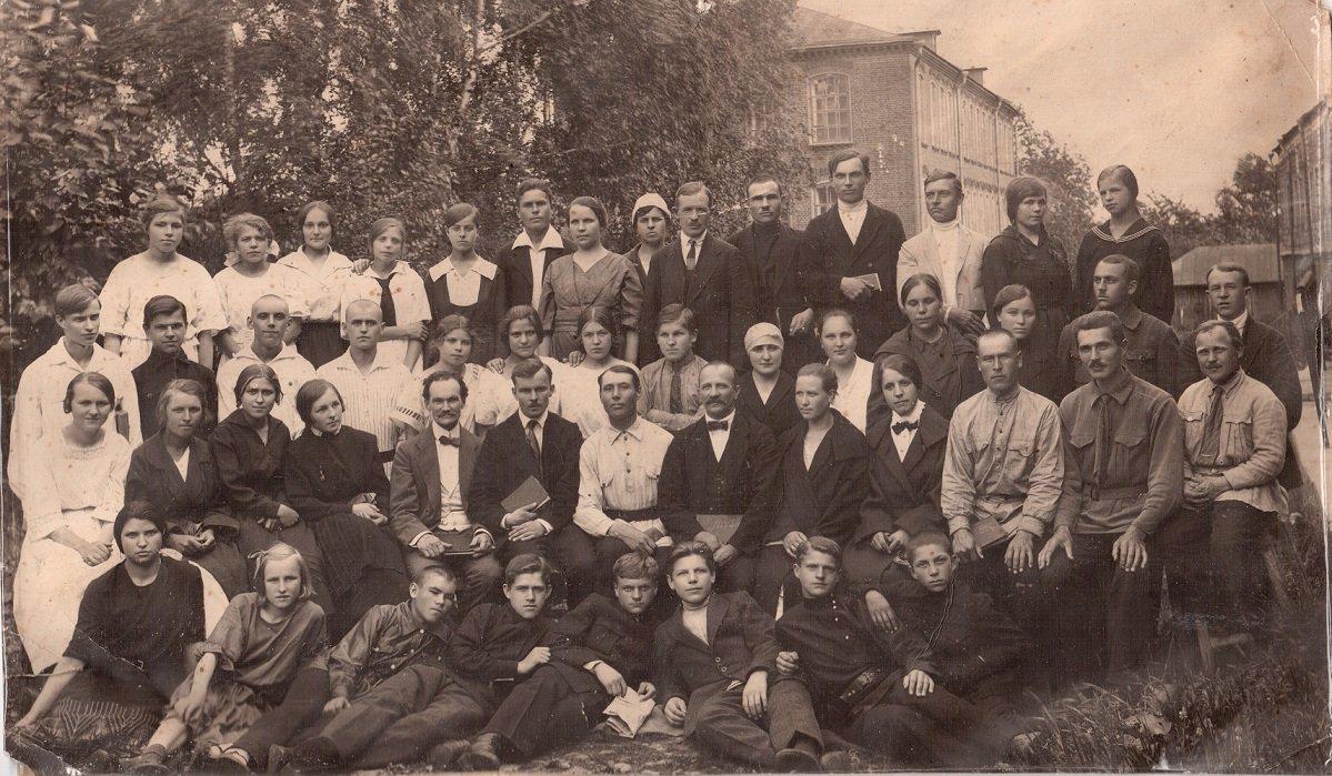 Собрание евангельских христиан-баптистов возле помещения Союза Баптистов СССР на улице Школьная д.4